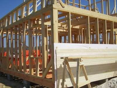Как должны быть выполнены стены при возведении каркасного дома?