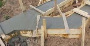 Заливка бетона при строительстве ленточного фундамента
