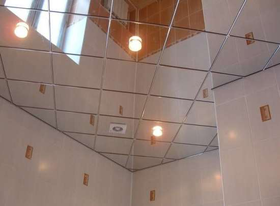 Зеркальные потолки – отличное решение для оформления ванной