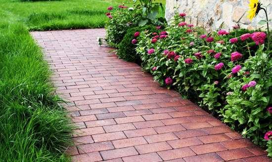 Изделия с фактурой натурального камня – хороший выбор для сада