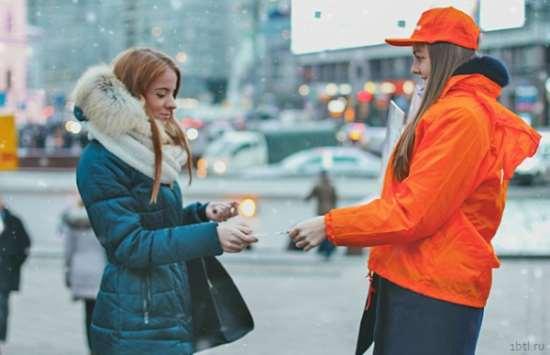 Способ оповещения - раздача листовок на улице