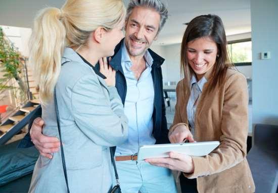 Сотрудники агентства недвижимости помогут с покупкой квартиры