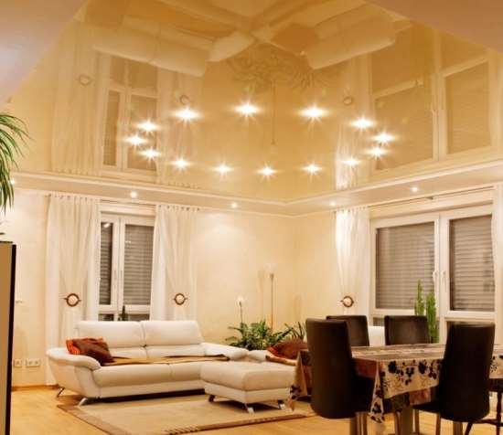 Рекомендации по выбору натяжных потолков в гостиную от профильной компании