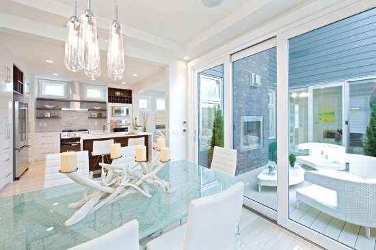 Ваша кухня станет оригинальной за счет стеклянного стола