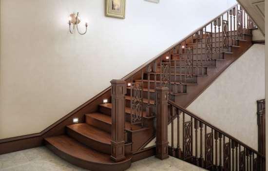 Почему предпочтение необходимо отдавать деревянным лестницам?