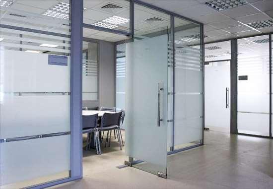 Стеклянные перегородки – отличный способ оптимизировать пространство в офисе