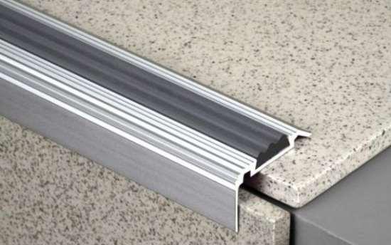 Алюминиевые профили для защиты углов и ступеней: функциональность и декор
