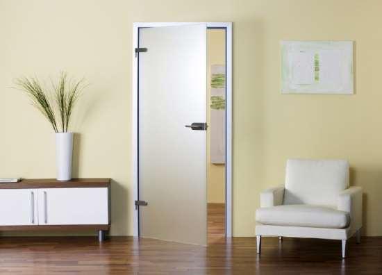 Причины популярности стеклянных дверей в алюминиевой коробке