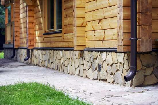 Отделка цоколя дома камнем – виды и особенности