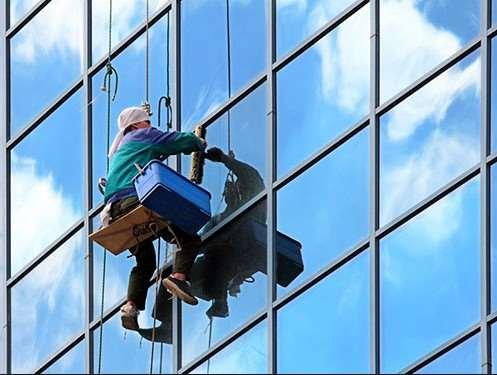 Как помыть окна на высоте