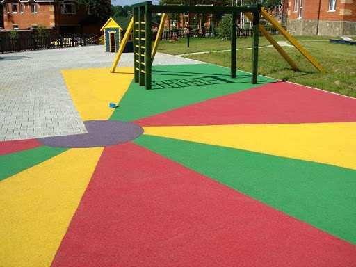 Плюсы покрытия для детских площадок из резиновой крошки