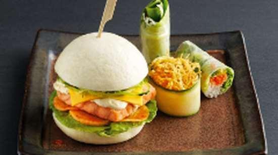 Аппетитные и полезные суши бургер с лососем